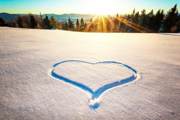 Hheart in the snow WP